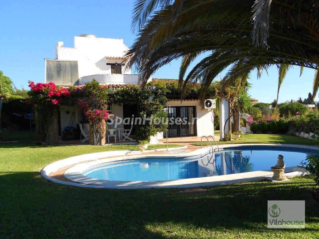 calahonda malaga 1 1024x768 - 20 preciosas casas para disfrutar de la primavera con bonitos rincones en el jardín