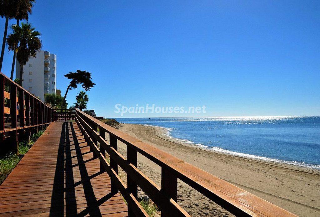 Viviendas en la playa en Calahonda, Mijas (Málaga, Costa del Sol)