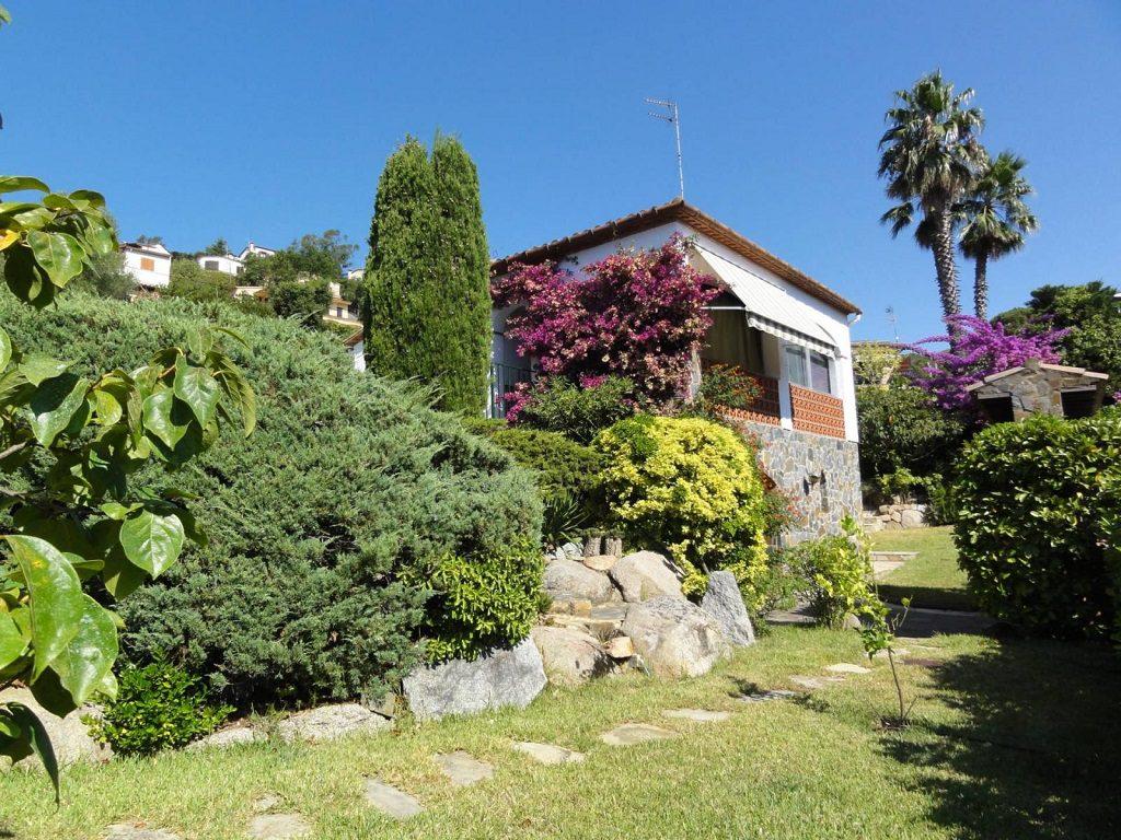 calonge girona 1024x768 - 15 viviendas que ya se visten de primavera: flores y espacios abiertos para disfrutar