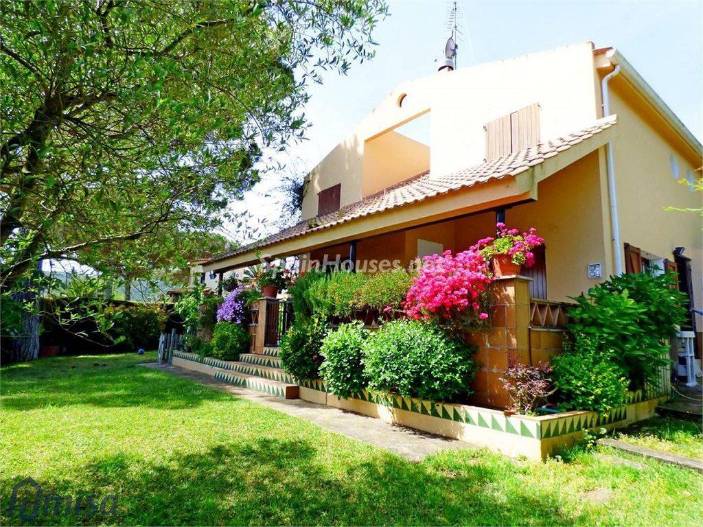 calonge girona 2 1024x768 - De verde y primavera: 18 espectaculares casas con un amplio y soleado jardín