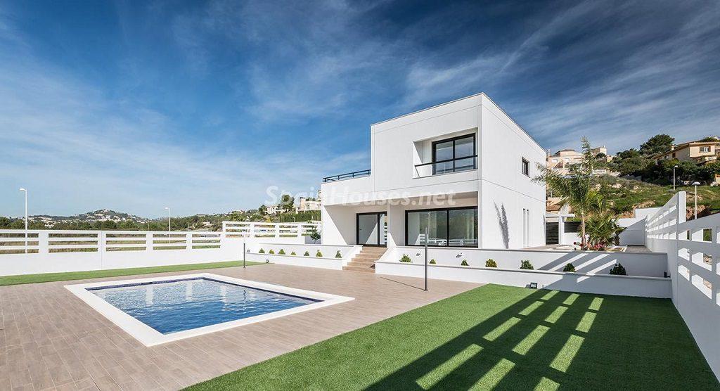 calpe alicante 4 1024x556 - 11 casas de diseño minimalista con un sofisticado y espectacular toque de blanco, luz y mar