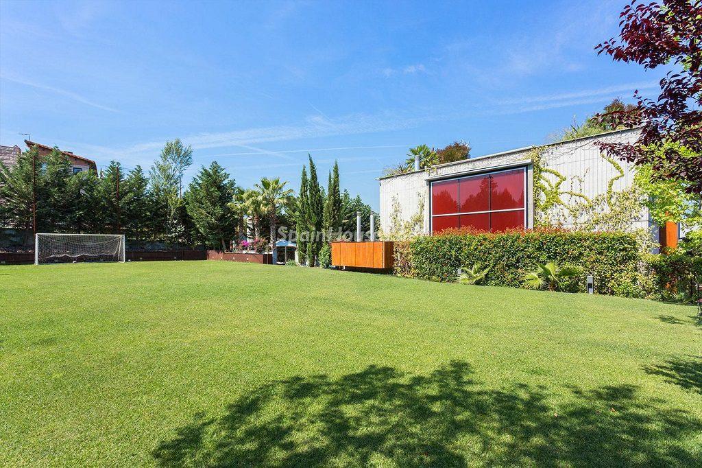 campodefutbol jardin 1024x682 - Chalet en la Sierra de Collserola (Barcelona): lujo y diseño para disfrutar