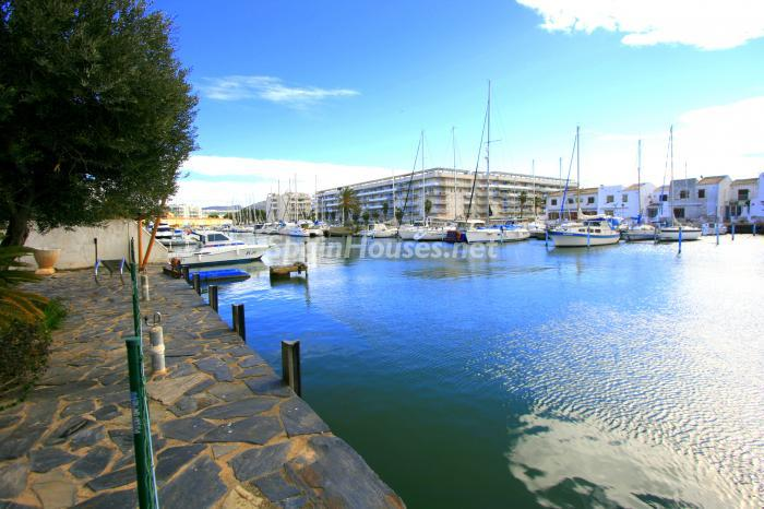canales santamargarita2 - Bonita y luminosa casa sobre los canales de Santa Margarita en Roses (Costa Brava, Girona)