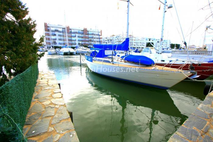 canales santamargarita3 - Bonita y luminosa casa sobre los canales de Santa Margarita en Roses (Costa Brava, Girona)