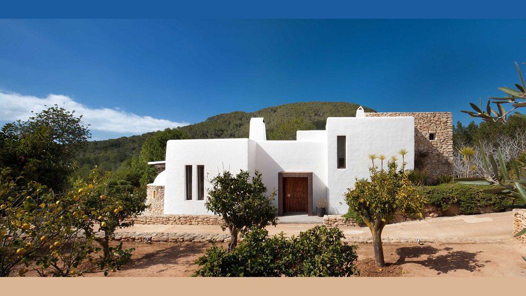 Casa rústica y moderna en Ibiza (Baleares): diseño mediterráneo que enamora
