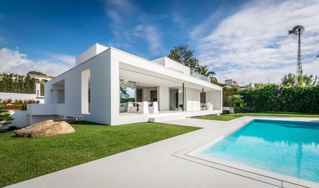 casa 26 1024x603 - Casa en Alella (Barcelona), de diseño minimalista y piscina primaveral