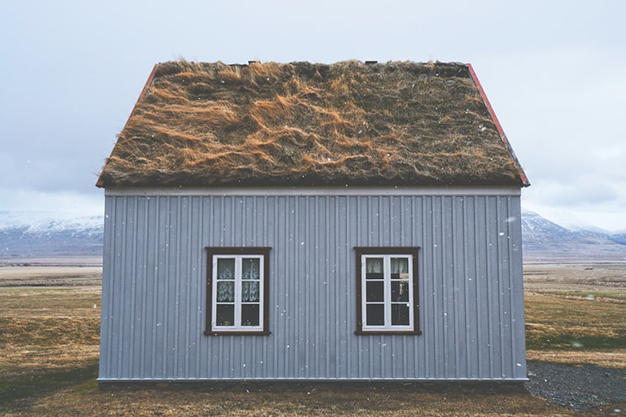casa de madera o paja - Casas sostenibles: qué son y qué tipos hay