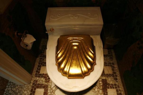 Baño con accesorios de oro...