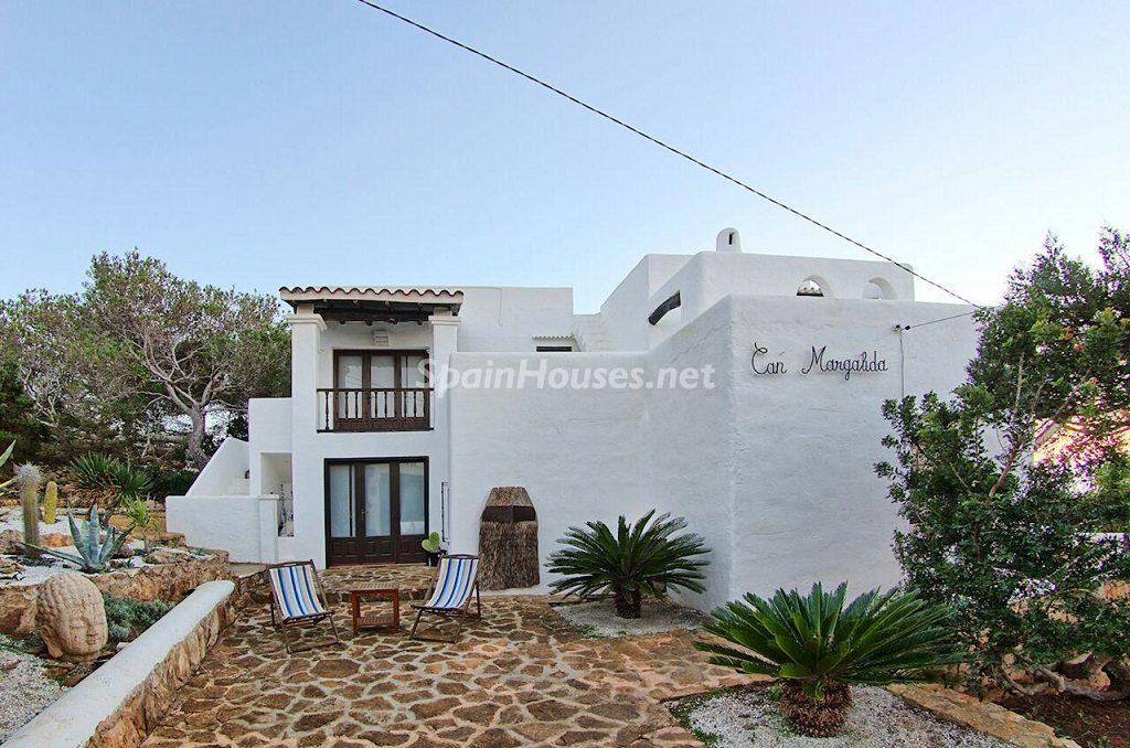 casa entrada 2 1024x678 - Atardecer mágico en Ibiza: Casa en alquiler de puro estilo ibicenco y encanto mediterráneo