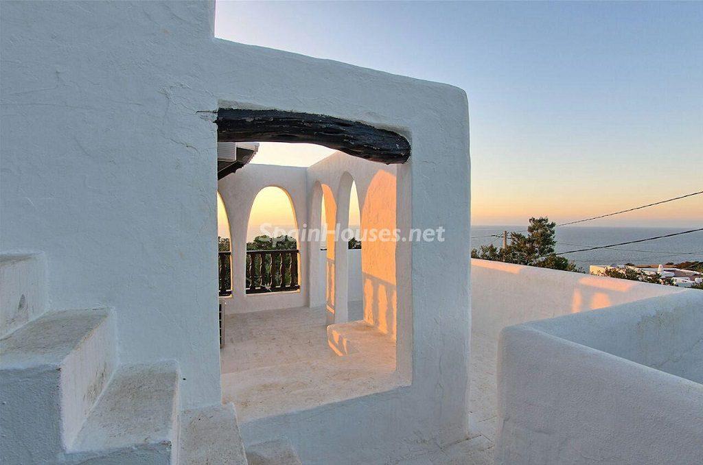 casa exterior 1 1024x678 - Atardecer mágico en Ibiza: Casa en alquiler de puro estilo ibicenco y encanto mediterráneo