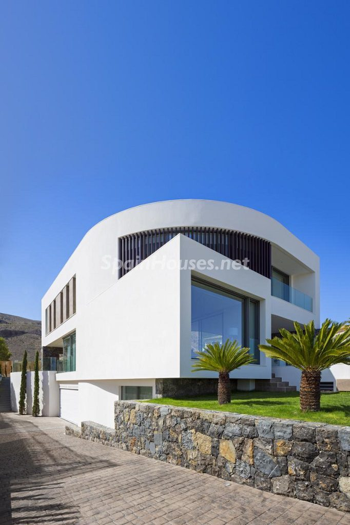 casa exterior 3 682x1024 - Diseño contemporáneo a estrenar en una fantástica villa en Finestrat (Costa Blanca, Alicante)