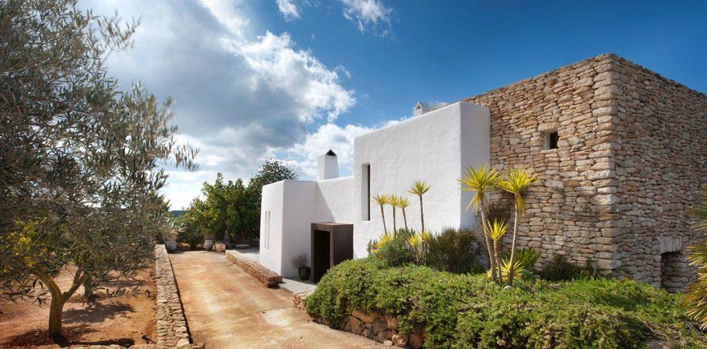 casa exterior 5 1024x505 - Casa rústica y moderna en Ibiza (Baleares): diseño mediterráneo que enamora