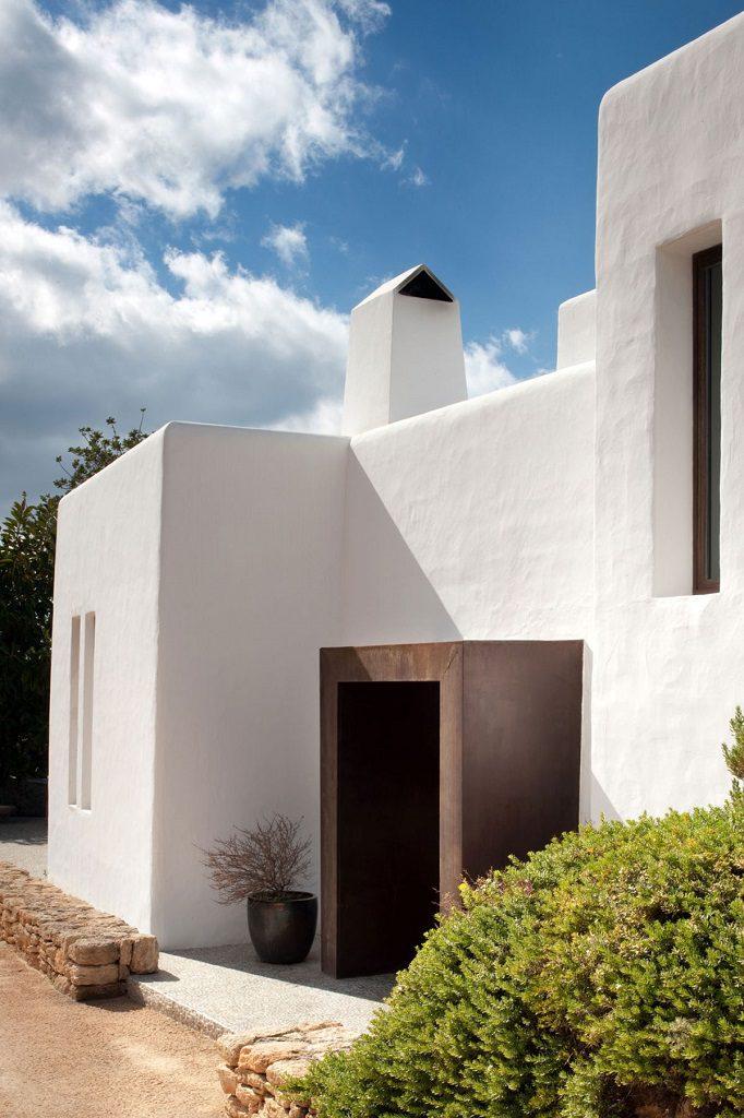 casa exterior1 1 682x1024 - Casa rústica y moderna en Ibiza (Baleares): diseño mediterráneo que enamora