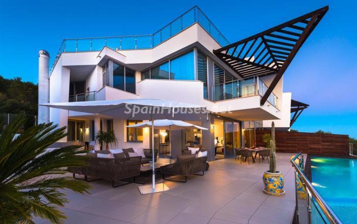 casa nocturna1 - Preciosos apartamentos de diseño contemporáneo en Sierra Blanca, Marbella
