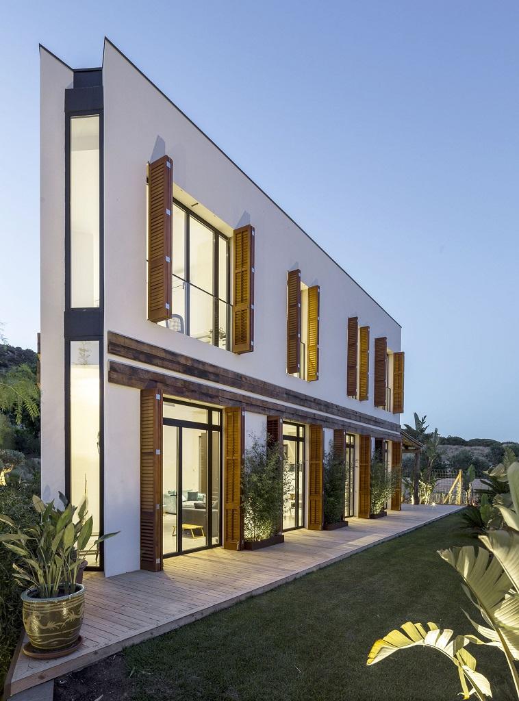 casa nocturna3 - Fantástica casa llena de luz y elegante sencillez en Badalona (Barcelona)