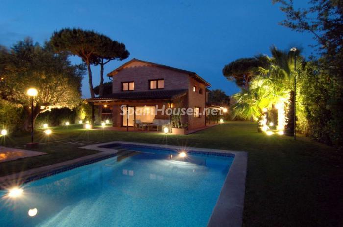 casa nocturna4 - Fusión de ambientes en una elegante casa en Castelldefels (Barcelona)