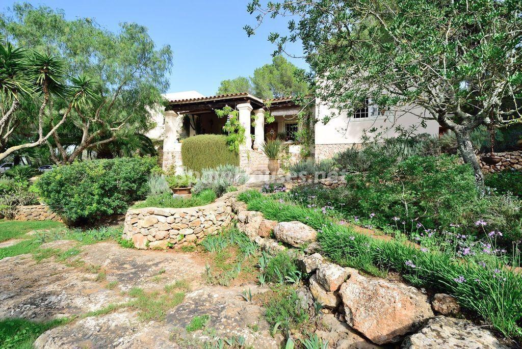 casa posterior 1 1024x685 - Lujo rústico, naturaleza y encanto en una romántica villa en San José, Ibiza (Baleares)