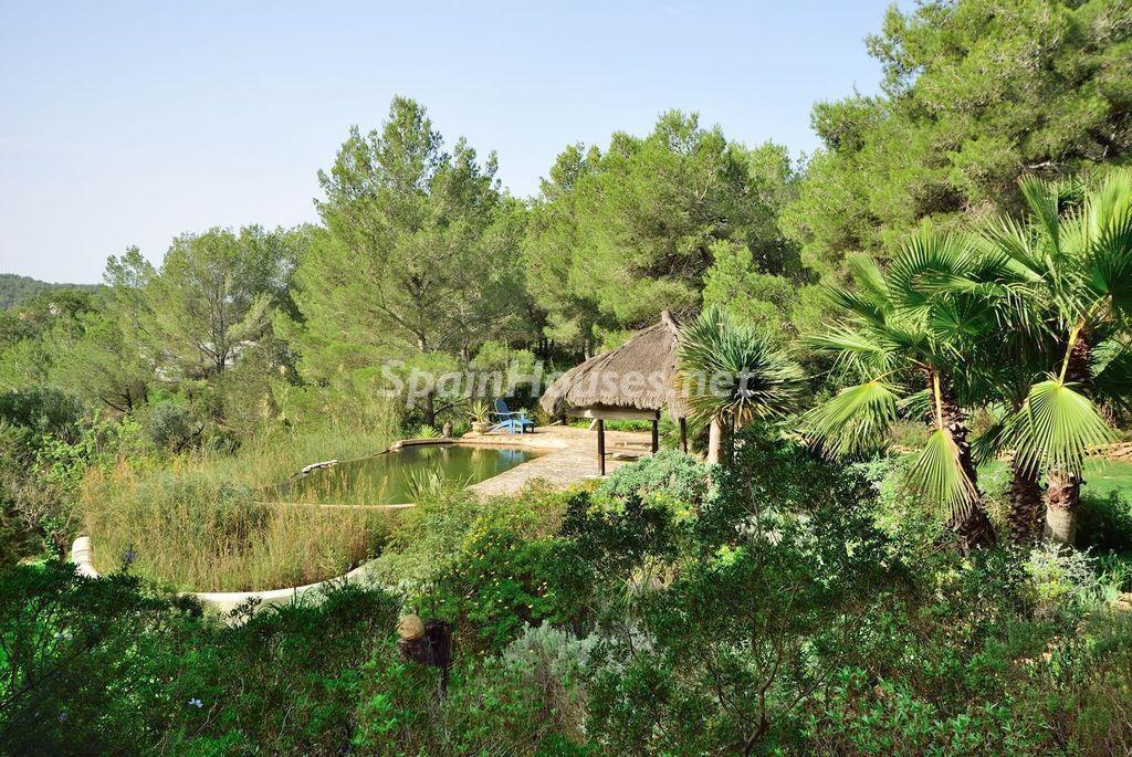 casa posterior2 1024x685 - Lujo rústico, naturaleza y encanto en una romántica villa en San José, Ibiza (Baleares)