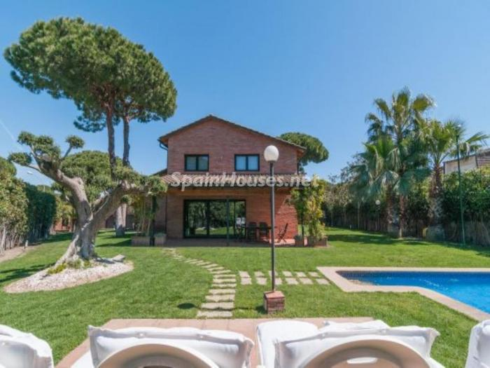 Fusi n de ambientes en una elegante casa en castelldefels for Casa con jardin alquiler barcelona
