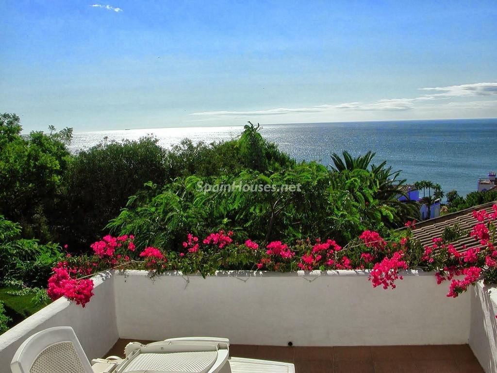 casares malaga 1024x768 - 20 preciosas casas para disfrutar de la primavera con bonitos rincones en el jardín