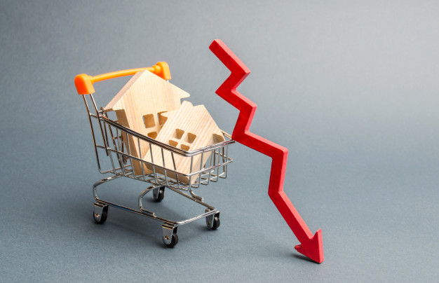 casas madera miniatura flecha roja abajo 72572 906 3 - Motivos por los que el mercado de la vivienda se está ralentizando