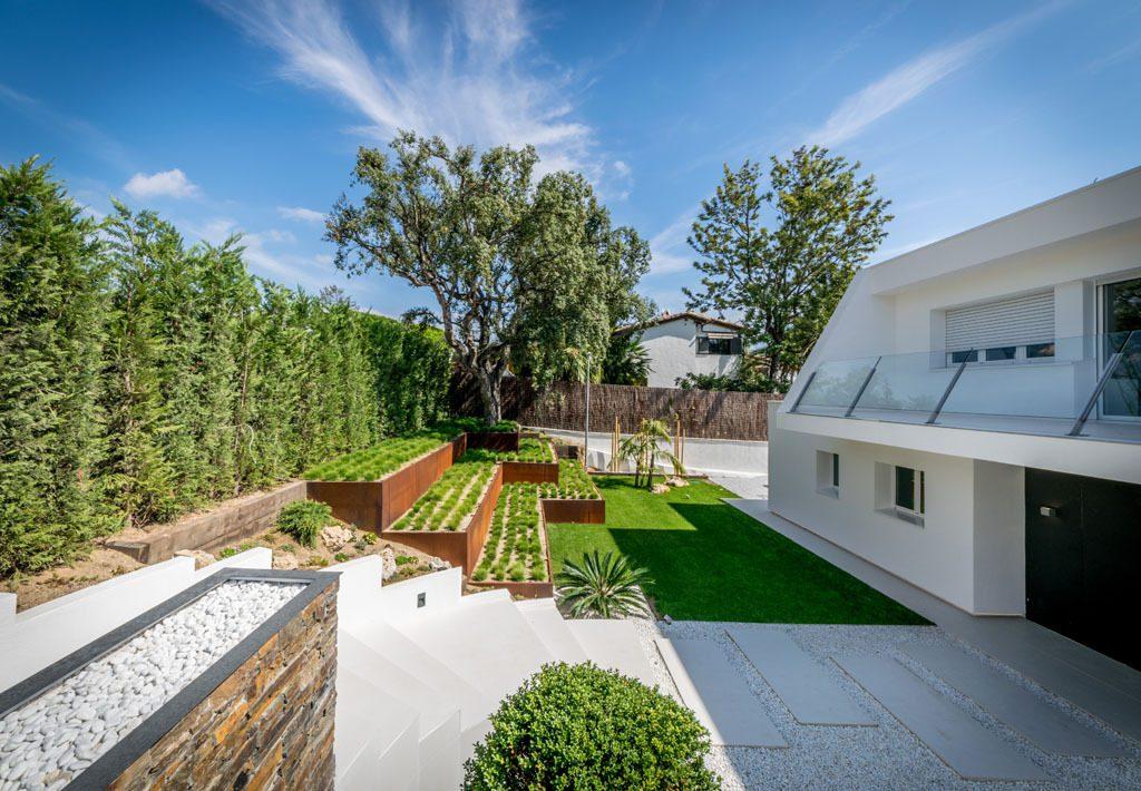 casayjardin 7 1024x710 - Casa en Alella (Barcelona), de diseño minimalista y piscina primaveral