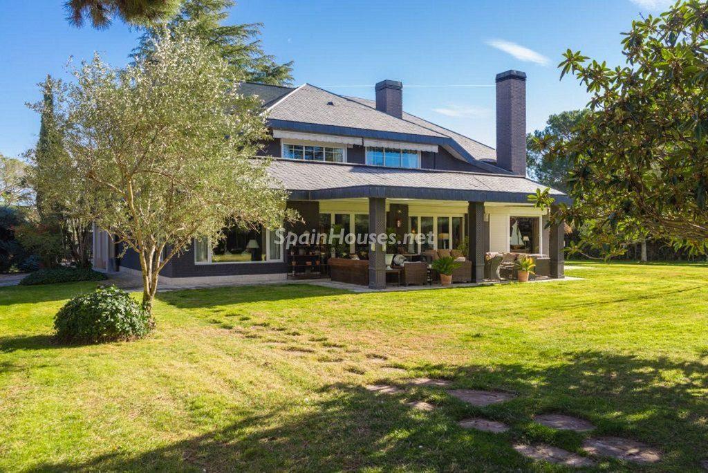 casayjardin1 1 1024x684 - Fantástica casa con piscina y un hermoso jardín en Villanueva de la Cañada (Madrid)