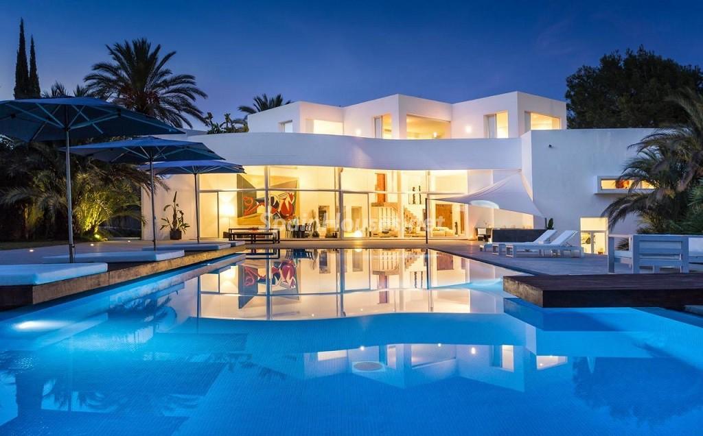 casaypiscina nocturna 1024x636 - Vacaciones de lujo, modernidad y diseño en Santa Gertrudis, el corazón de Ibiza