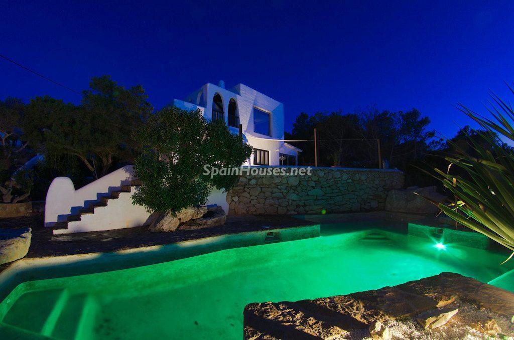 casaypiscina nocturna 2 1024x678 - Atardecer mágico en Ibiza: Casa en alquiler de puro estilo ibicenco y encanto mediterráneo