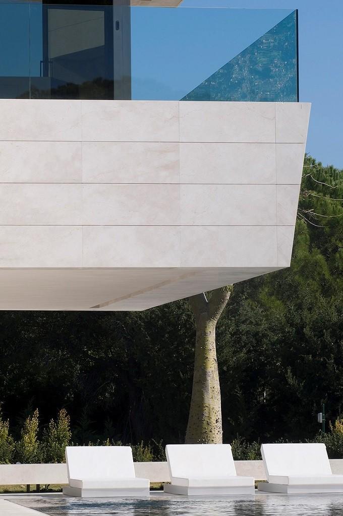casaypiscina1 2 680x1024 - Espectacular, imponente y lujosa casa de diseño en Puerto Banús (Marbella, Costa del Sol)