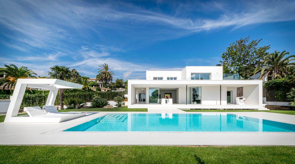 casaypiscina1 4 1024x570 - Casa en Alella (Barcelona), de diseño minimalista y piscina primaveral