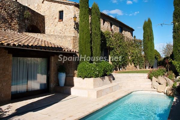 casaypiscina7 - Piedra, magia e historia en una espectacular casa del siglo XIV en Pals (Girona)