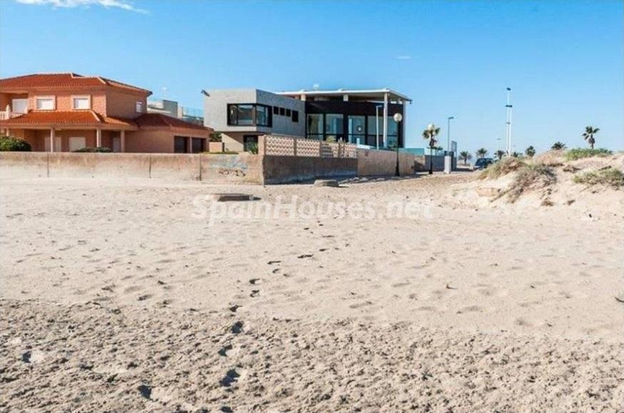 casayplaya - Lujo entre dos mares: Casa en primerísima línea de playa en La Manga del Mar Menor (Murcia)