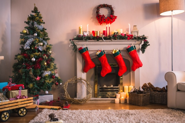 chimenea calcetines rojos colgando arbol navidad 1252 402 - Cómo decorar la chimenea en Navidad