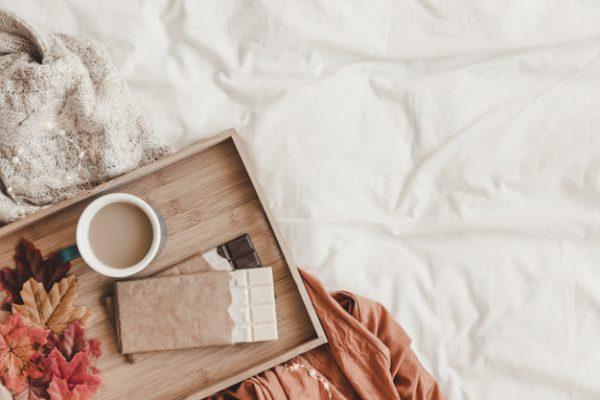 chocolate y hojas cerca de cafe en la cama 23 2147887775 600x400 - Ideas para decorar tu casa en Otoño