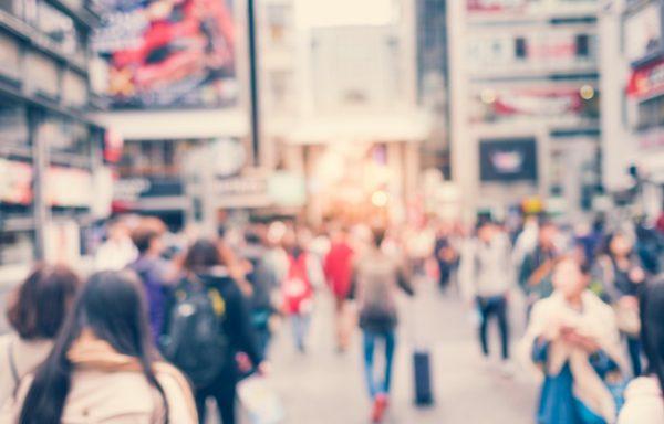 ciudad con personas caminando desenfocadas 1258 29 600x384 - ¿Dónde se encuentran los alquileres más baratos de la ciudad?