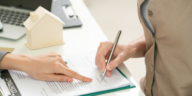cliente firma documento comprar casa bienes raices 31965 1089 3 - Señal o reserva para una vivienda, ¿es lo mismo?