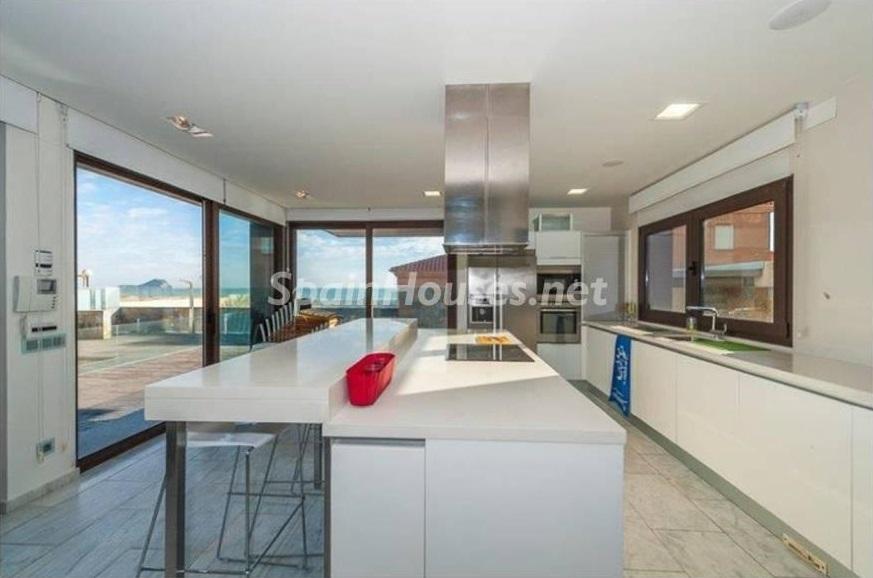 cocina 11 - Lujo entre dos mares: Casa en primerísima línea de playa en La Manga del Mar Menor (Murcia)