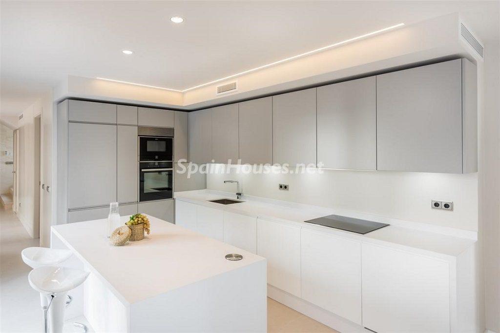 cocina 18 1024x683 - Fantástica villa escondida entre los campos de golf de Nueva Andalucía, Marbella (Málaga)