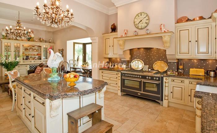 cocina 20 - Espectacular villa llena de romanticismo, elegancia y lujo en Benahavís (Costa del Sol)