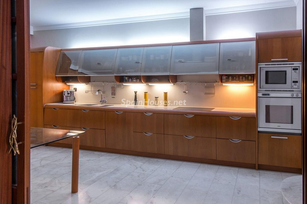 cocina 26 1024x682 - Imponente casa entre lo clásico y lo moderno en el Gran Canal de Empuriabrava (Girona)