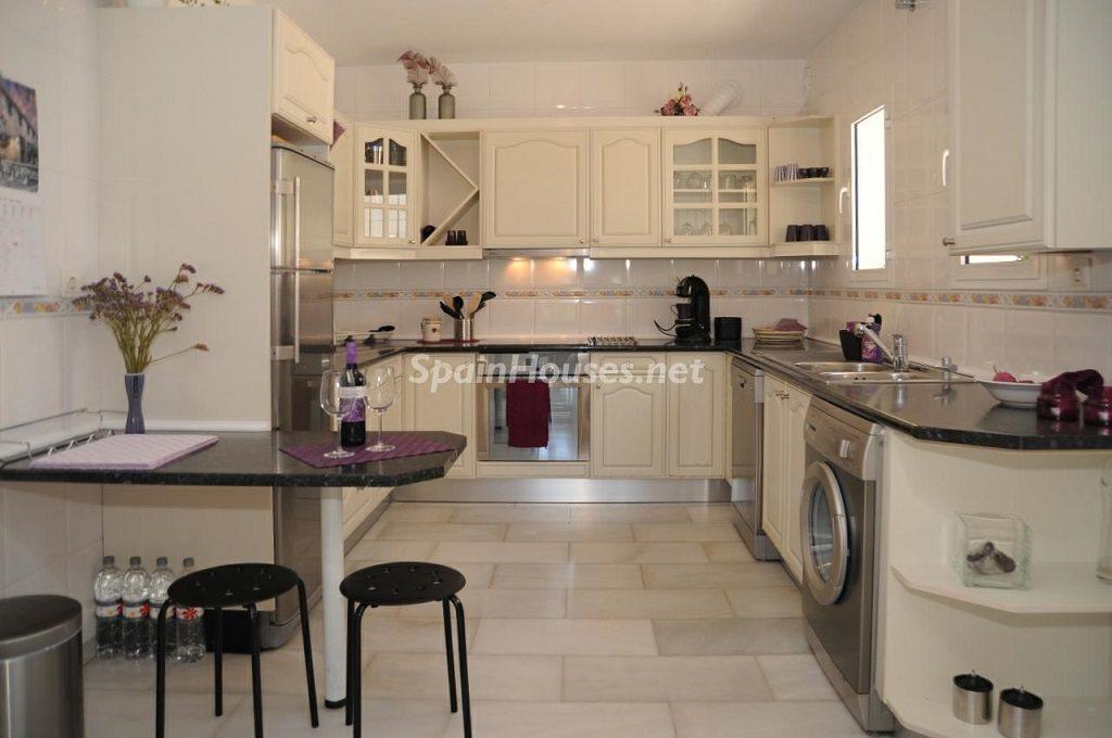 cocina 32 1024x680 - Coqueta villa en Mijas Golf (Costa del Sol, Málaga), con piscina y un bonito porche para disfrutar