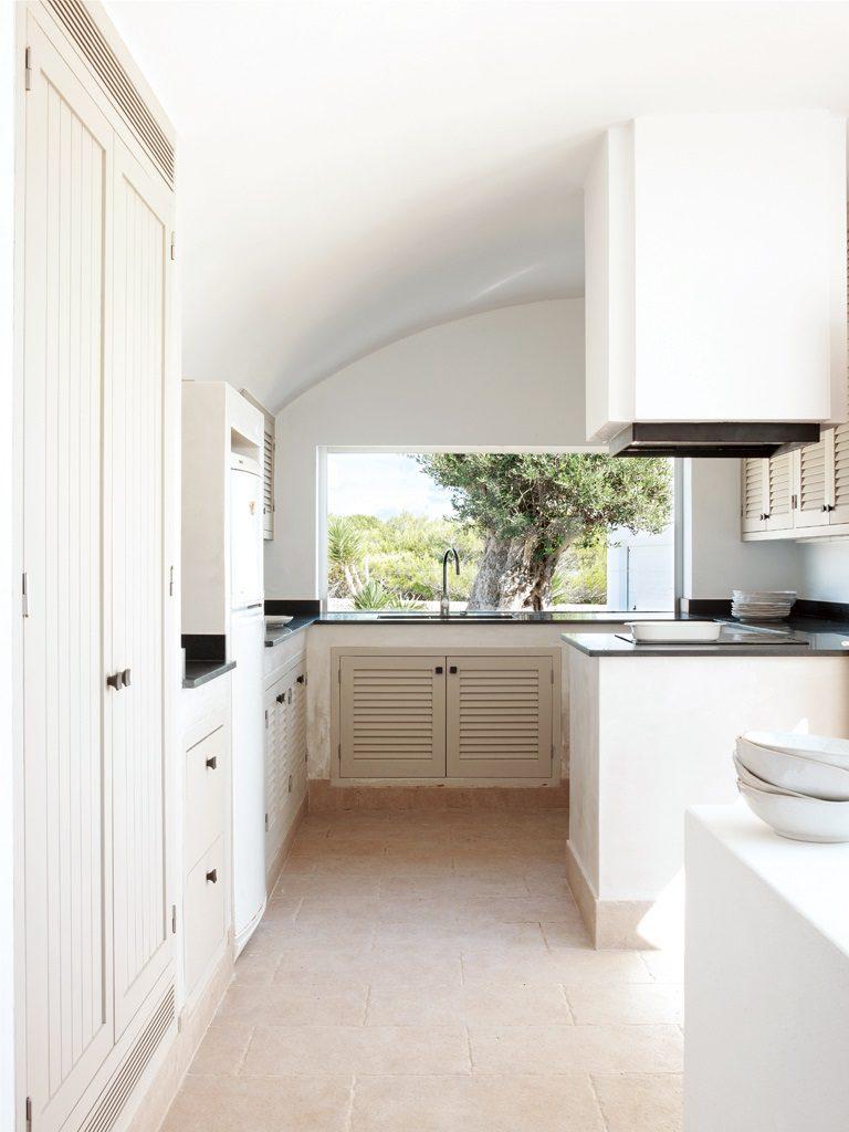 cocina 40 768x1024 - Un precioso de refugio otoñal en una casa llena de luz en Menorca (Baleares)