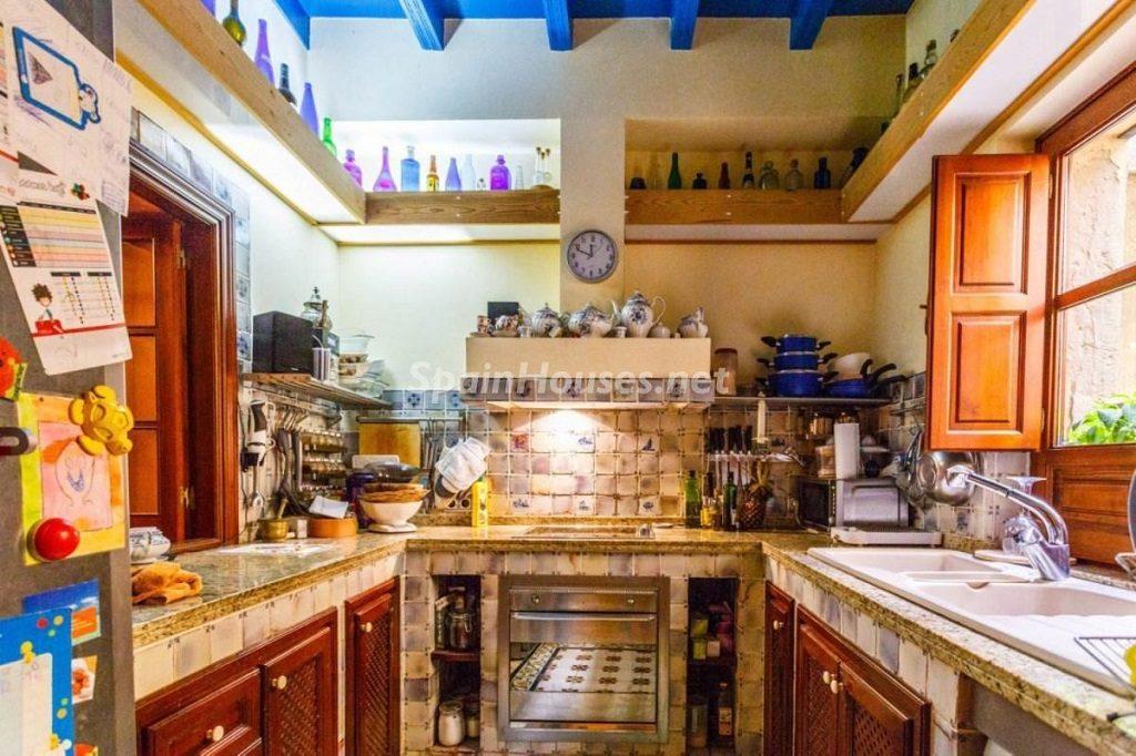 cocina 44 1024x682 - Color tierras florentinas y sabor urbano en una casa en el Casco Antiguo de Sevilla