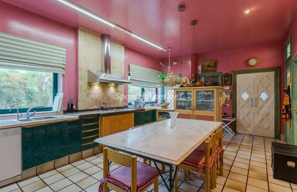 cocina 47 1024x661 - Lujosa serenidad clásica en una espectacular casa en Las Palmas de Gran Canaria