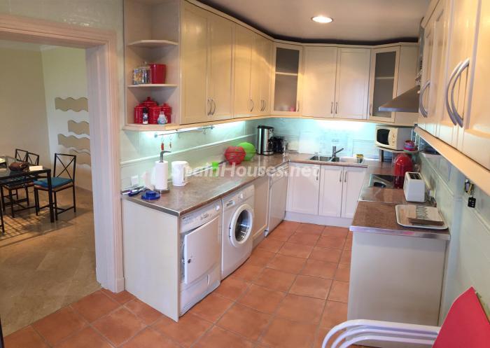 cocina 5 - Chalet en alquiler en primera línea de golf y mar en Alcaidesa (Costa de la Luz, Cádiz)