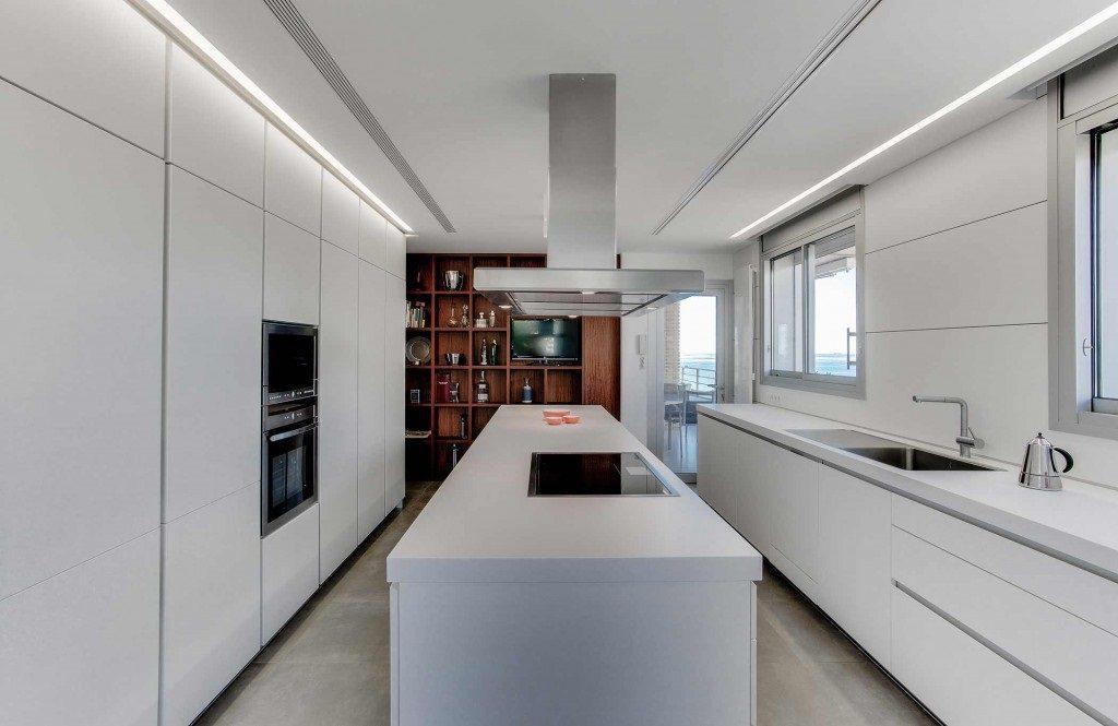 cocina 55 1024x665 - Piso en Benicasim (Castellón): serenidad sencilla y blanca junto al mar