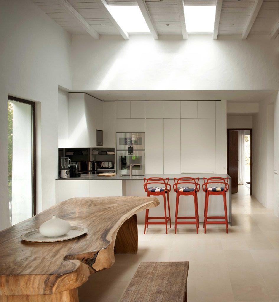 cocina 58 945x1024 - Casa rústica y moderna en Ibiza (Baleares): diseño mediterráneo que enamora