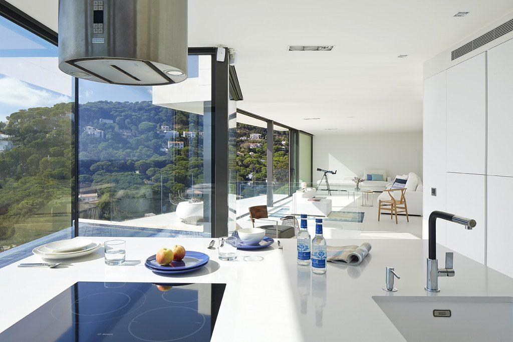 cocina 61 1024x683 - Casa de diseño bañada por el sol en Santa Cristina d'Aro, Girona (Costa Brava)