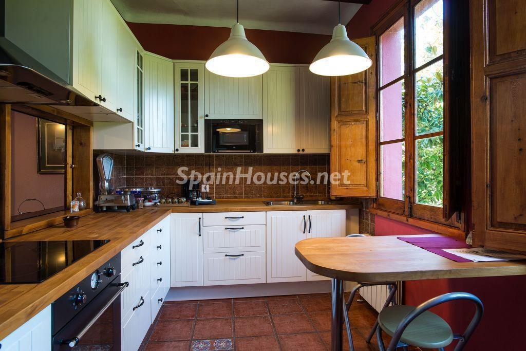 cocina 63 1024x683 - Casa primaveral en Villaviciosa (Asturias): encanto, naturaleza y un romántico jardín